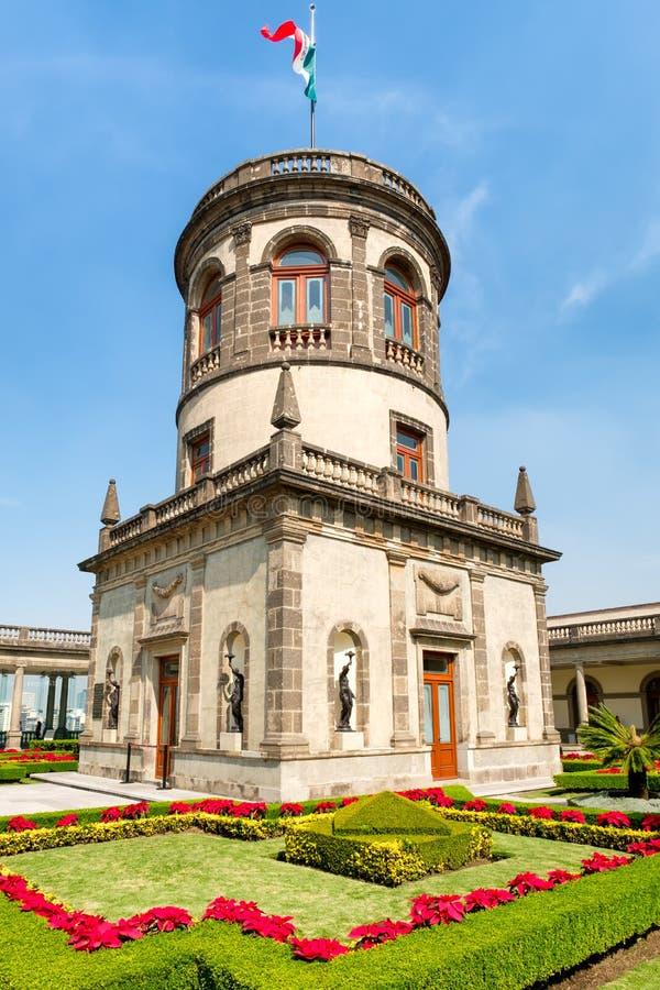 Härliga trädgårdar och torn överst av den Chapultepec slotten i Mexico - stad arkivbild