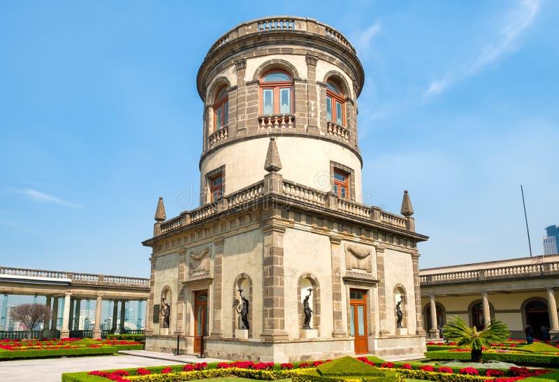 Härliga trädgårdar och torn överst av den Chapultepec slotten i Mexico - stad royaltyfri foto