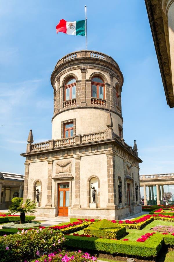 Härliga trädgårdar och torn överst av den Chapultepec slotten i Mexico - stad fotografering för bildbyråer