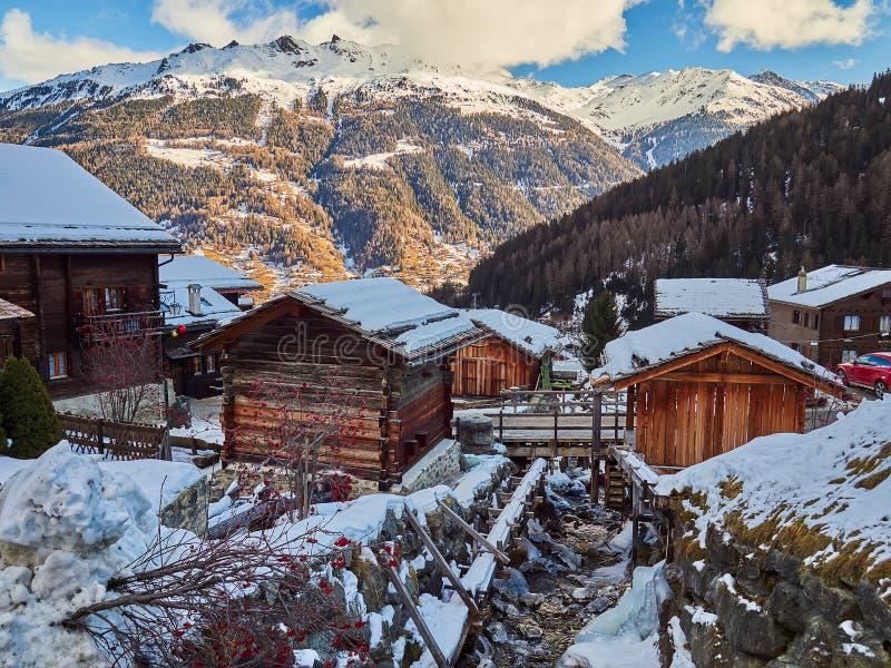 Härliga traditionella trähus i gatorna av den alpina byn Grimentz, Schweiz, i kantonen Valais, kommun arkivbilder