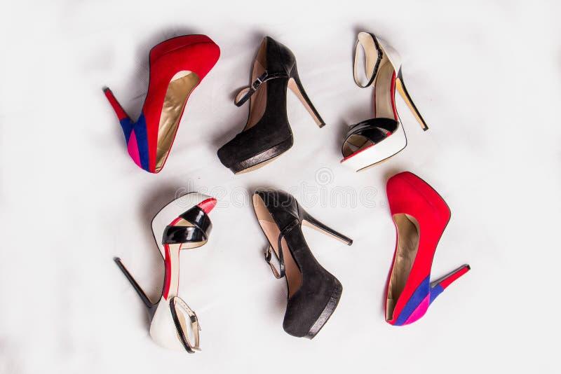 Härliga trendiga röda svartvita skor med häl fotografering för bildbyråer