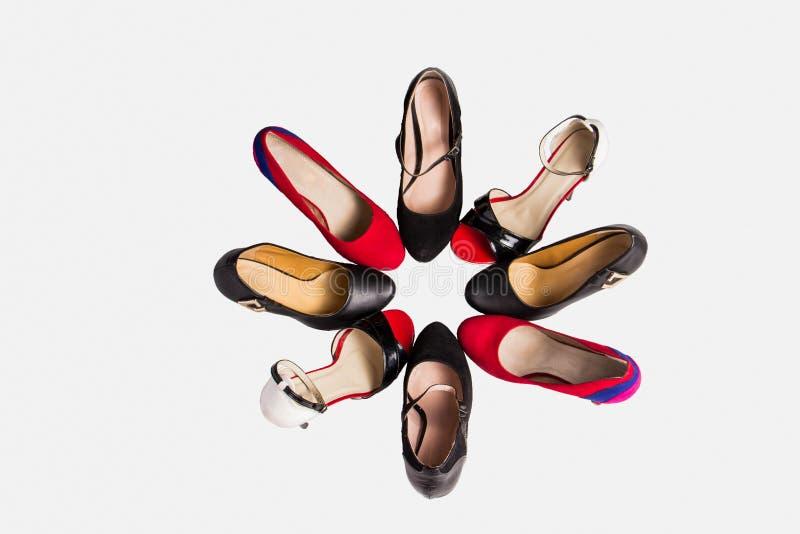 Härliga trendiga röda svartvita skor med häl arkivbild