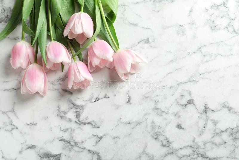 Härliga tulpan för dag för moder` s på marmorbakgrund fotografering för bildbyråer