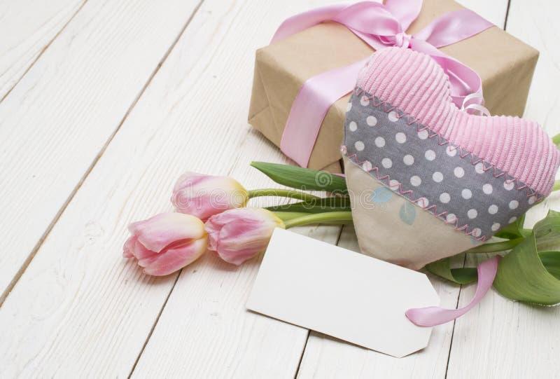 Härliga tulpan med gåvaasken lycklig moderdag romantisk stilleben, nya blommor arkivbilder