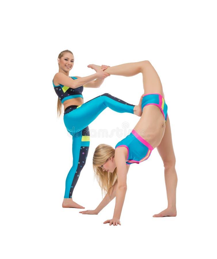 Härliga unga akrobater som värmer upp på kameran royaltyfri bild