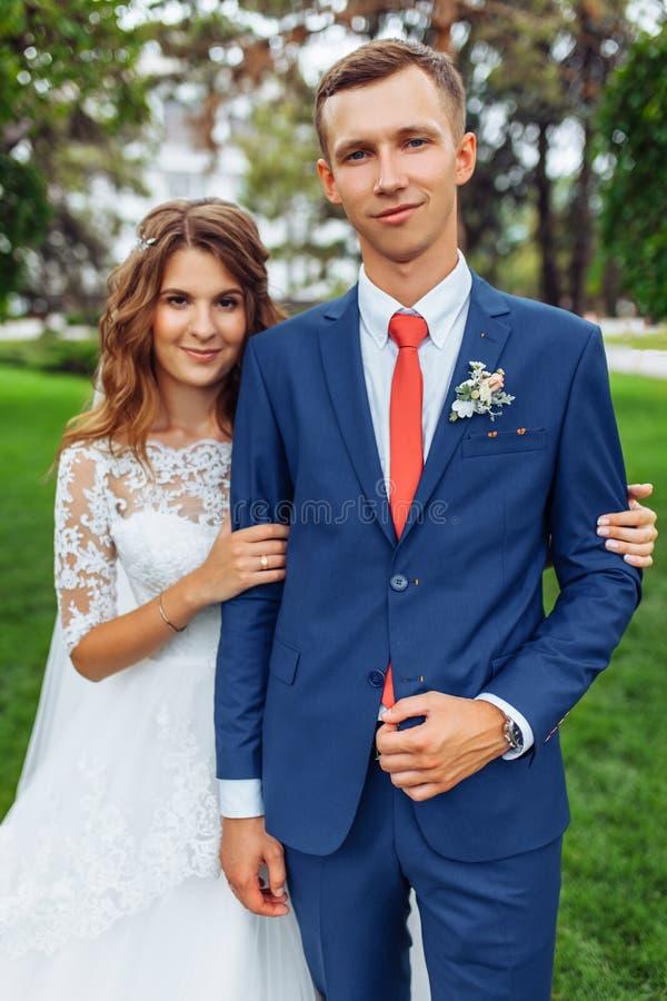 Härliga unga brölloppar i natur, förälskade par royaltyfri foto
