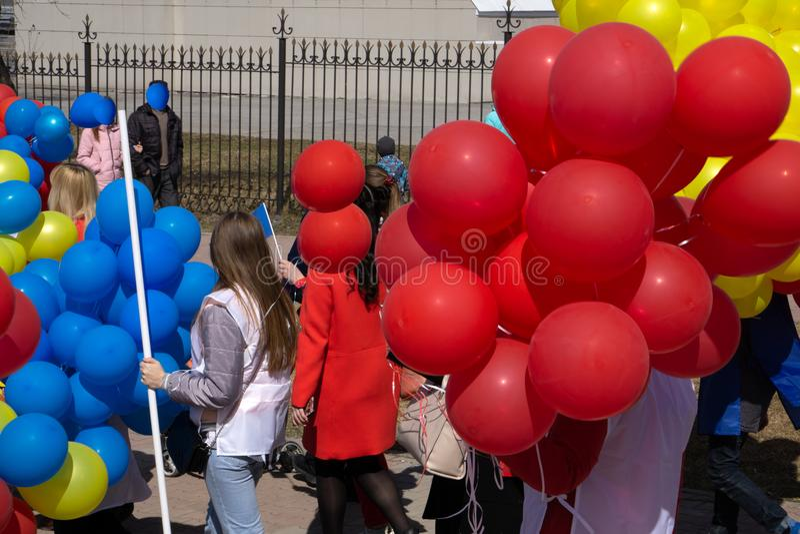 Härliga unga flickor går på en karnevalprocession på en blommafestival i en stad parkerar på en sommardag arkivfoton
