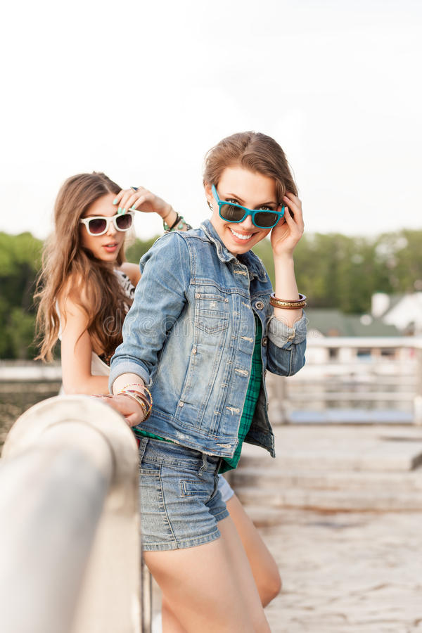 Härliga unga flickor i stad parkerar arkivbilder