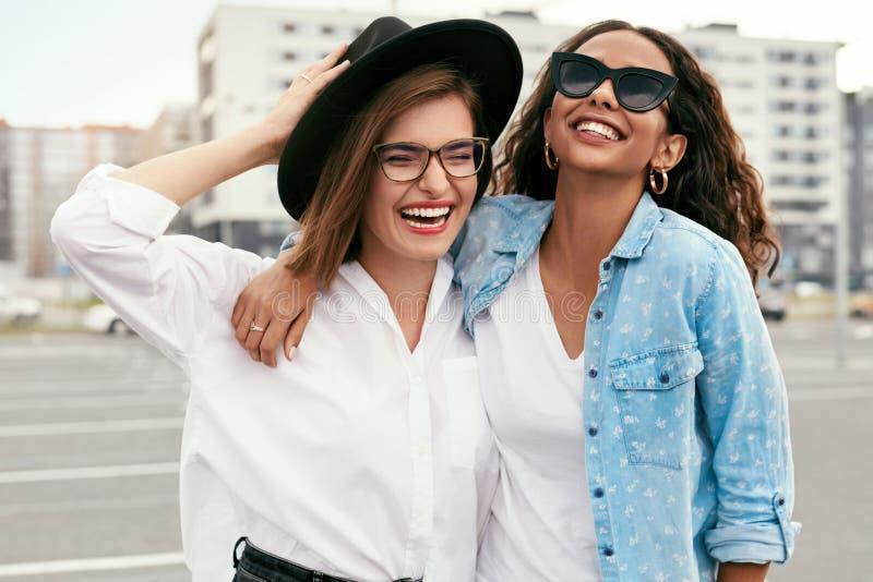 Härliga unga kvinnor i tillfällig kläder som har rolig det fria royaltyfri fotografi
