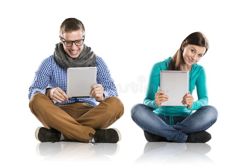 Man och kvinna med tableten royaltyfri foto