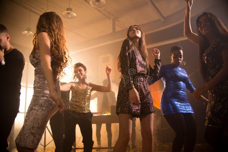 Härliga unga kvinnor på Dance Floor arkivbild