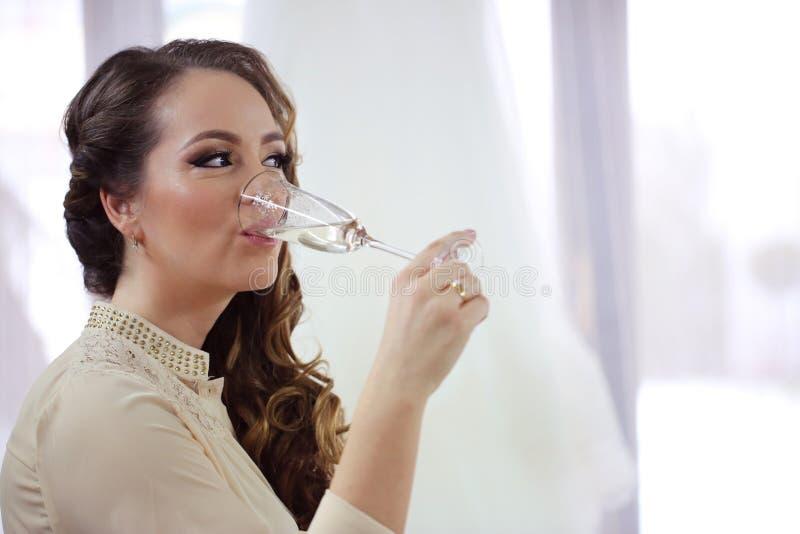 Härliga unga kvinnor som dricker champagne arkivfoto