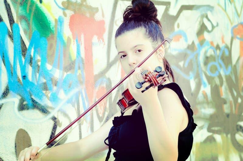 Härliga unga kvinnor som spelar fiolen royaltyfri bild