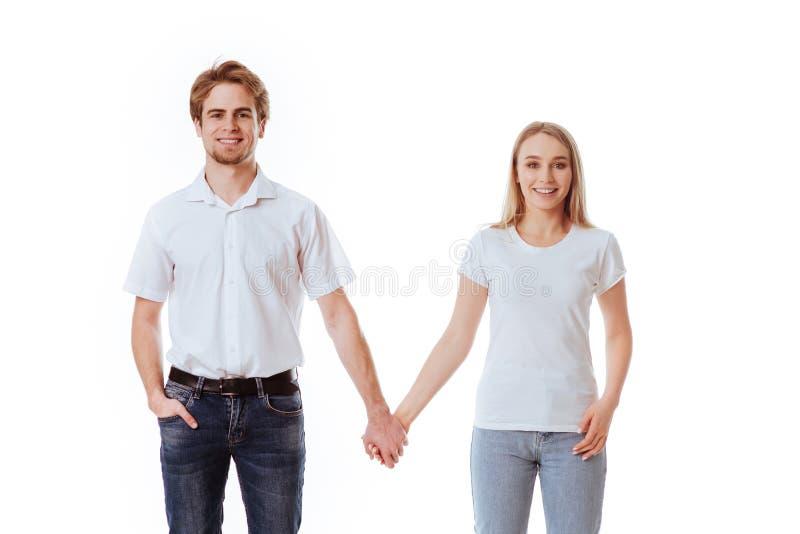 Härliga unga par, i att flörta för tillfälliga kläder arkivbild