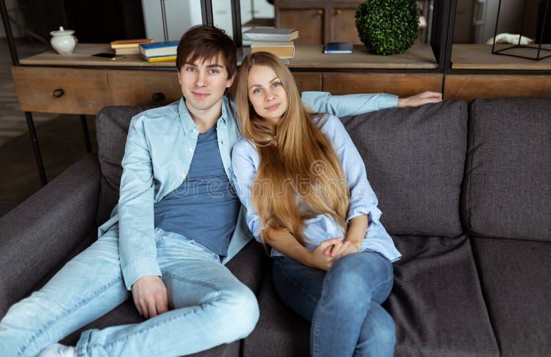 Härliga unga par som bär den tillfälliga torkduken som tillsammans kopplar av arkivfoton