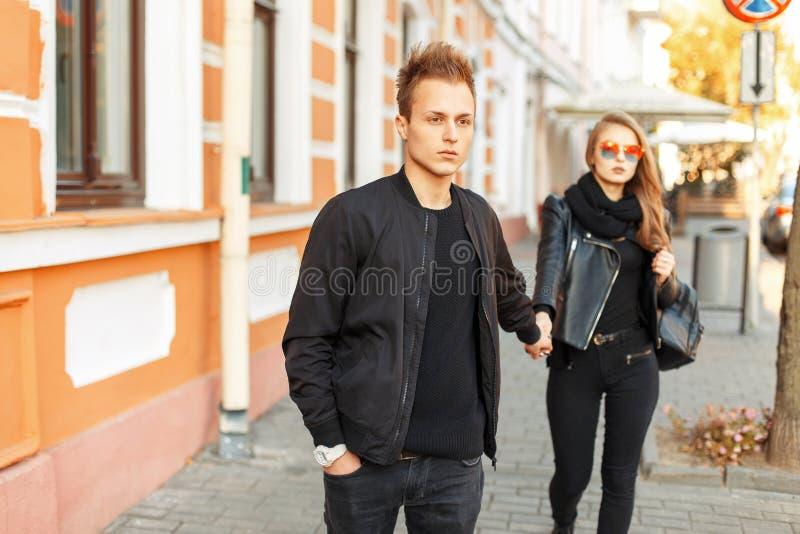 Härliga unga stilfulla par med att gå för utsmyckad kläder royaltyfria bilder