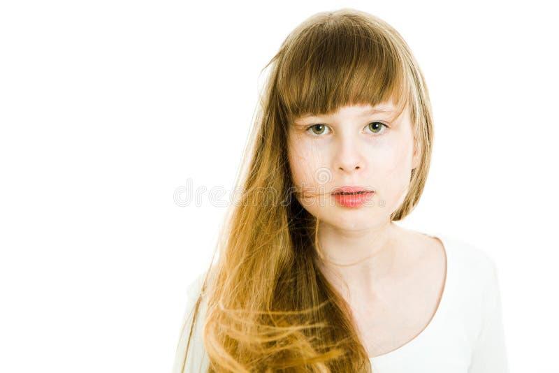 Härliga unga tonåriga flickor med långa blonda raka hår - elektrifierat hår royaltyfria bilder