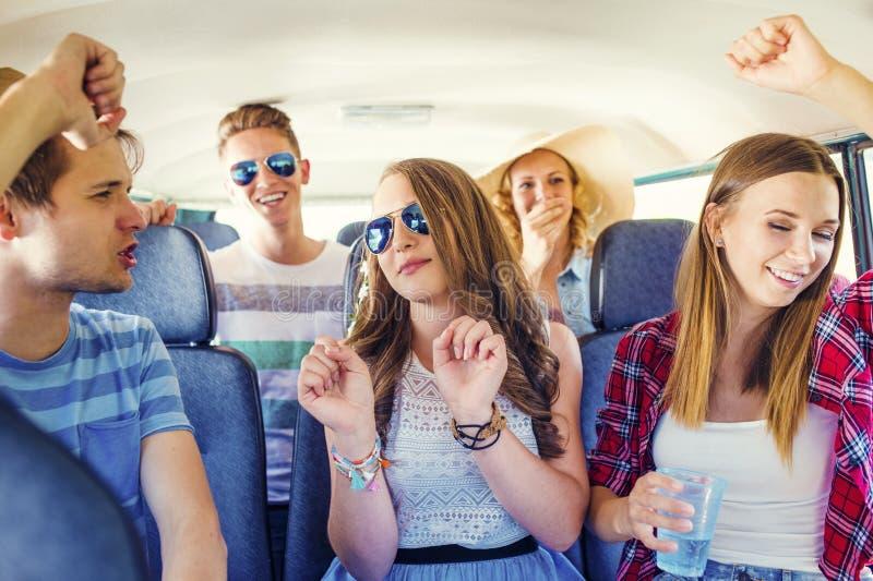 Härliga ungdomara på vägtur royaltyfria foton