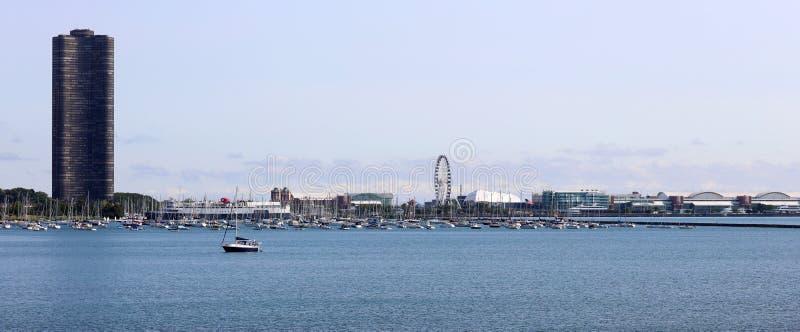 Härliga unika skyskrapor, marina och parkerar moderna byggnader i staden av Chicago, Illinois Blå glass arkitektur arkivbilder