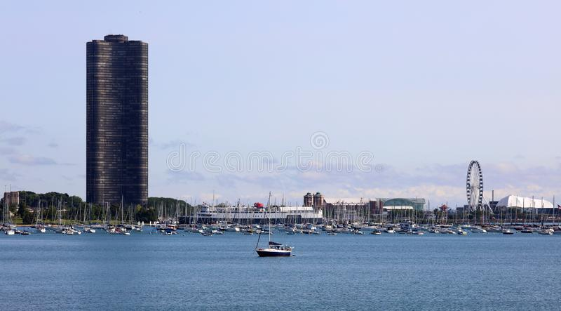 Härliga unika skyskrapor, marina och parkerar moderna byggnader i staden av Chicago, Illinois Blå glass arkitektur royaltyfri foto