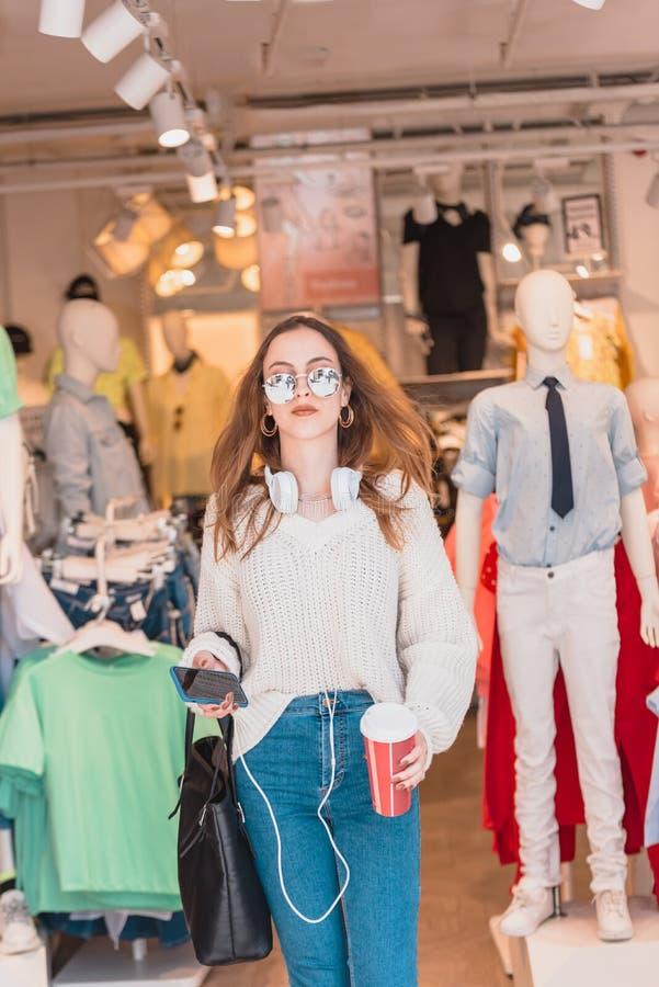 Härliga utgångar för ung kvinna eller går på mode, och kläder shoppar arkivbilder