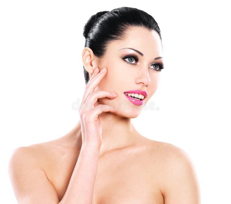 Härliga uttrycksfulla kvinnaomsorger av huden vänder mot fotografering för bildbyråer