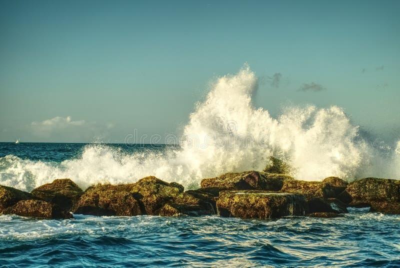"""Härliga vågor som slår kustlinjen, vaggar †""""HDR High Dynamic Range arkivbild"""