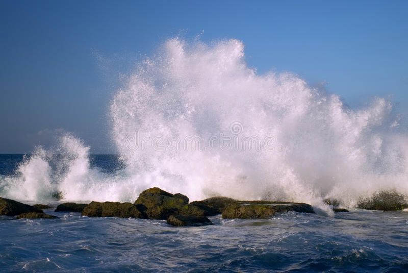 Härliga vågor som slår kustlinjen, vaggar 2 arkivbild