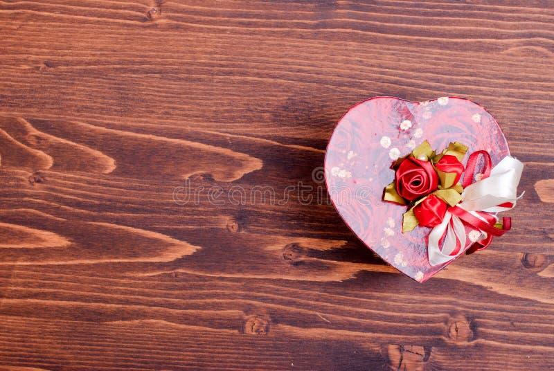 Härliga valentinhjärtor på brädet med utrymme för text arkivfoto