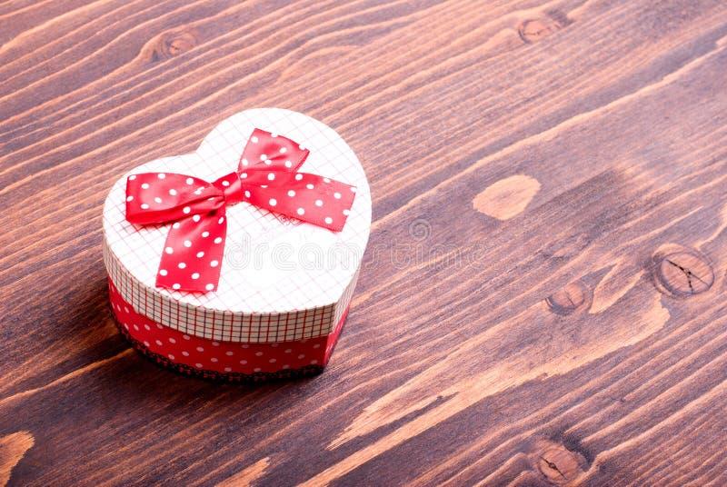 Härliga valentinhjärtor på brädet med utrymme för text arkivfoton