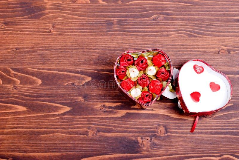 Härliga valentinhjärtor på brädet med utrymme för text royaltyfri bild
