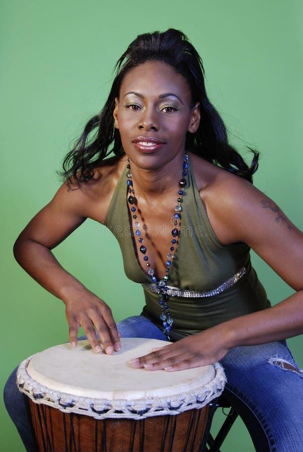 härliga valsar för afrikansk amerikan som leker kvinnan fotografering för bildbyråer