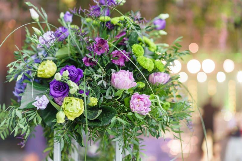 Härliga vanlig hortensiabuketter i vaser på höga ställningar Blommaordning på tabeller på det lyxiga bröllopmottagandet in arkivbild