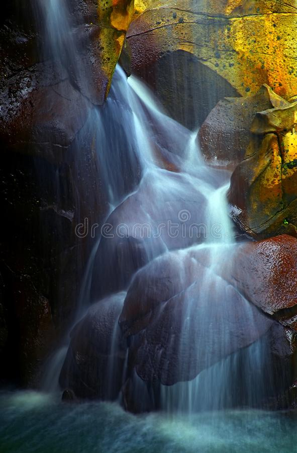 Härliga vattenfall i en grotta royaltyfri bild