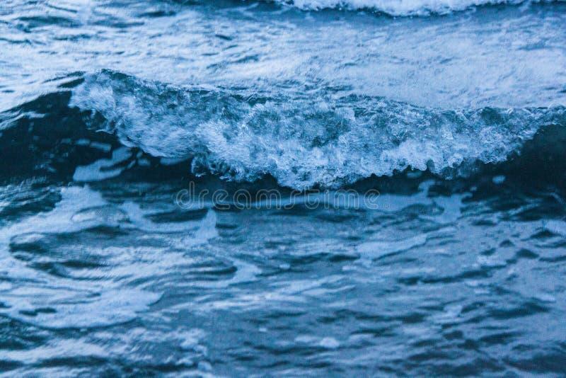 Härliga vattenvågor royaltyfri bild