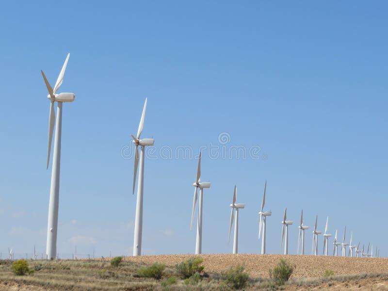 Härliga vindturbiner som är klara att konvertera luften energin royaltyfri fotografi