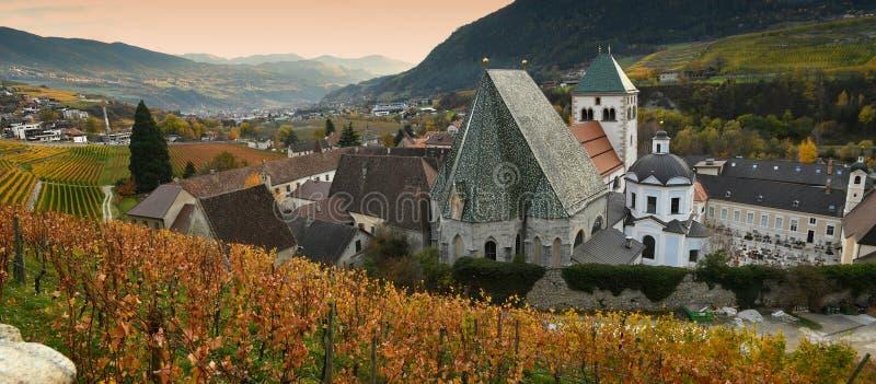 Härliga vingårdar på abbotskloster av Novacella, södra tyrol, Bressanone, Italien Den vanliga kloster för Augustinian kanoner av  arkivfoto