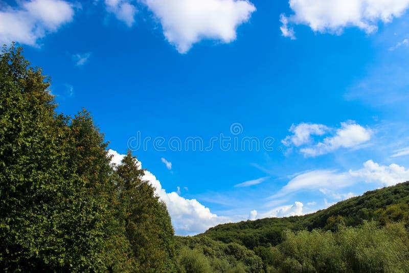 Härliga vita moln mot bakgrunden av en härlig blå himmel arkivbilder