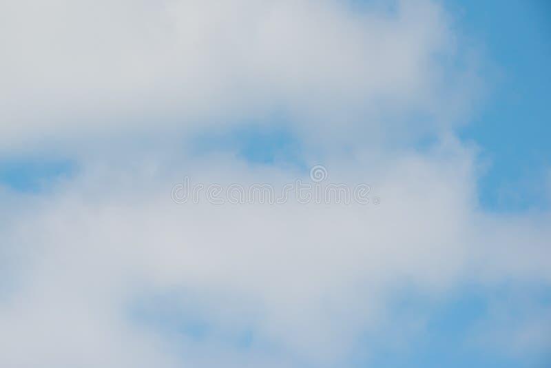 Härliga vita pösiga moln med nätt blå himmel - naturbakgrund royaltyfria bilder