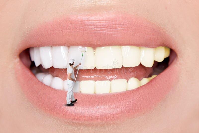 Härliga vita sexiga tänder för blonda kvinnor Tänder som gör vit vid tandläkaren royaltyfri foto