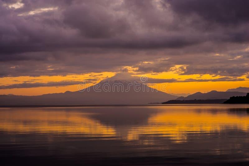 Härliga Volcano Osorno på soluppgång Puerto Varas Chile, Patagonia arkivfoto