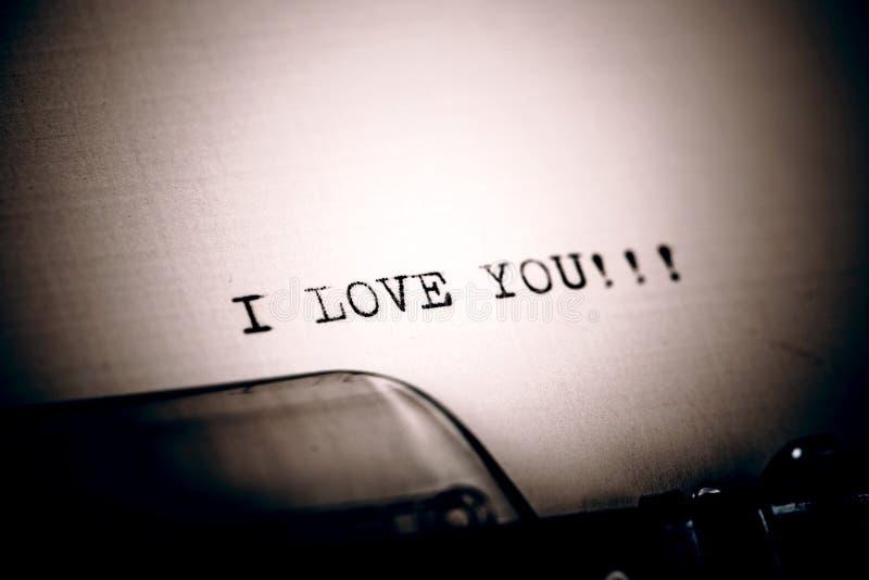 Härligt älskar jag dig meddelandet som skrivas av tappningskrivmaskinen arkivbilder