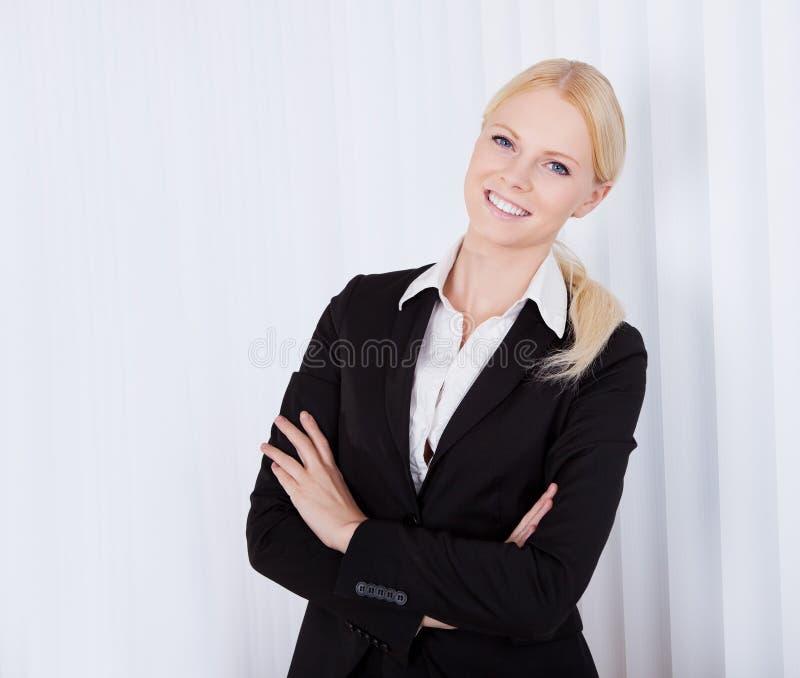 härligt affärskvinnaståendebarn arkivfoton