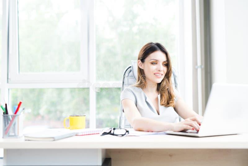 Härligt affärskvinnaUsing Laptop In kontor arkivbilder