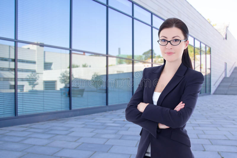 Härligt anseende för affärskvinna på gatan mot modernt offic arkivfoton