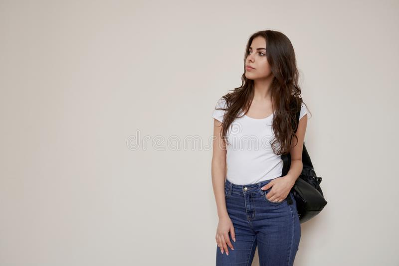 H?rligt anseende f?r kvinnlig student f?r brunett p? korridoren arkivfoto