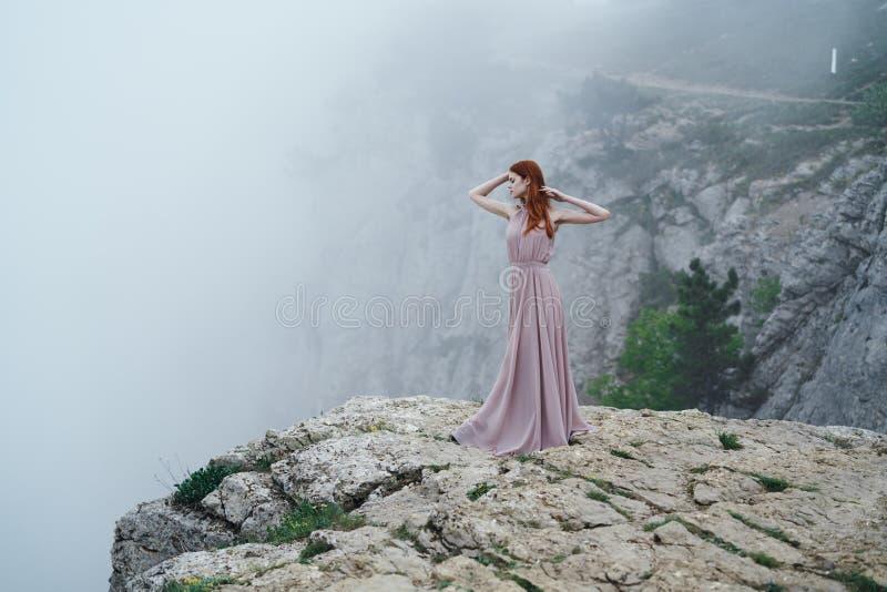 Härligt anseende för ung kvinna på en backe, skönhet arkivfoton