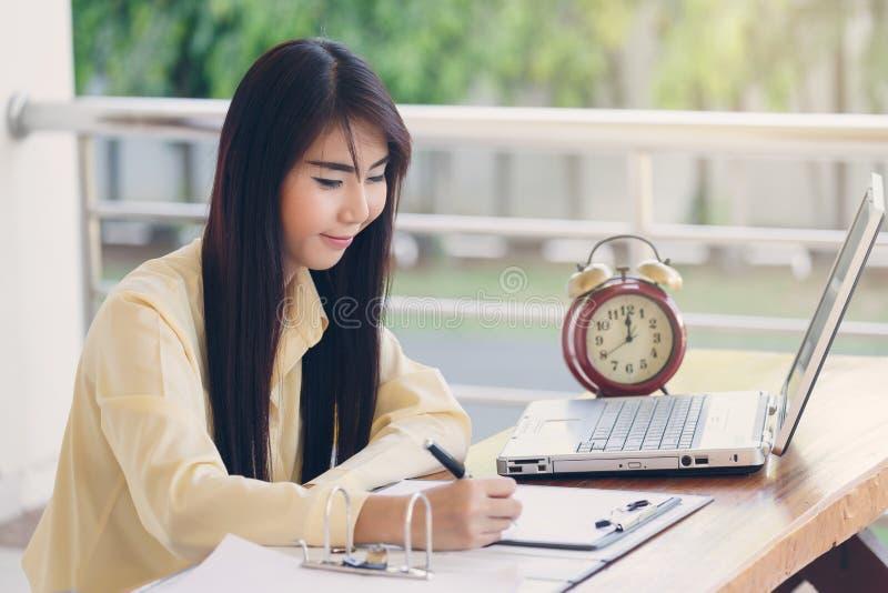 Härligt arbete för affärskvinna och hennes handstil på vitbok arkivfoton
