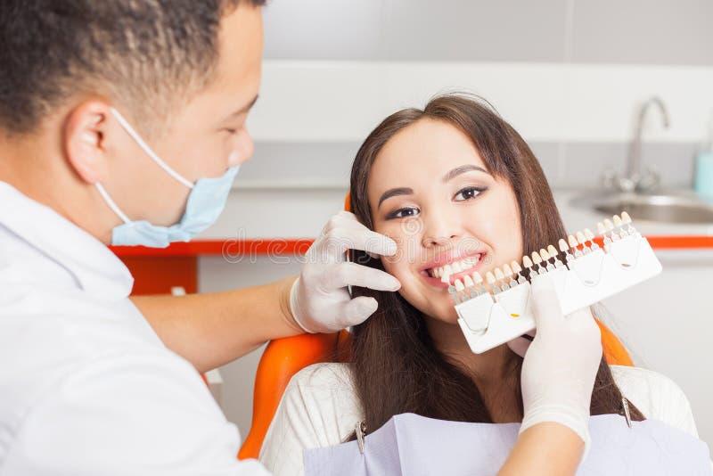 Härligt asiatiskt kvinnaleende med sunt göra vit för tänder royaltyfri bild