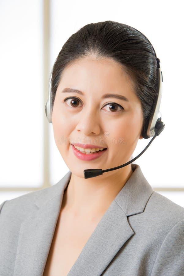 Härligt asiatiskt le för affärskundtjänstkvinna arkivbilder